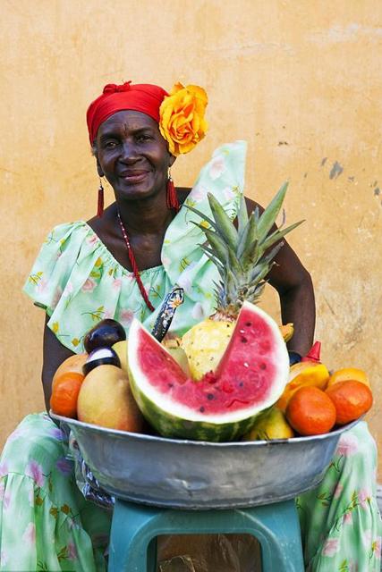 femme sur un marché aux saveurs Caraïbes