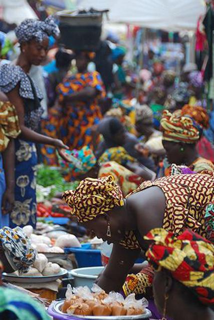 femme sur un marché africain